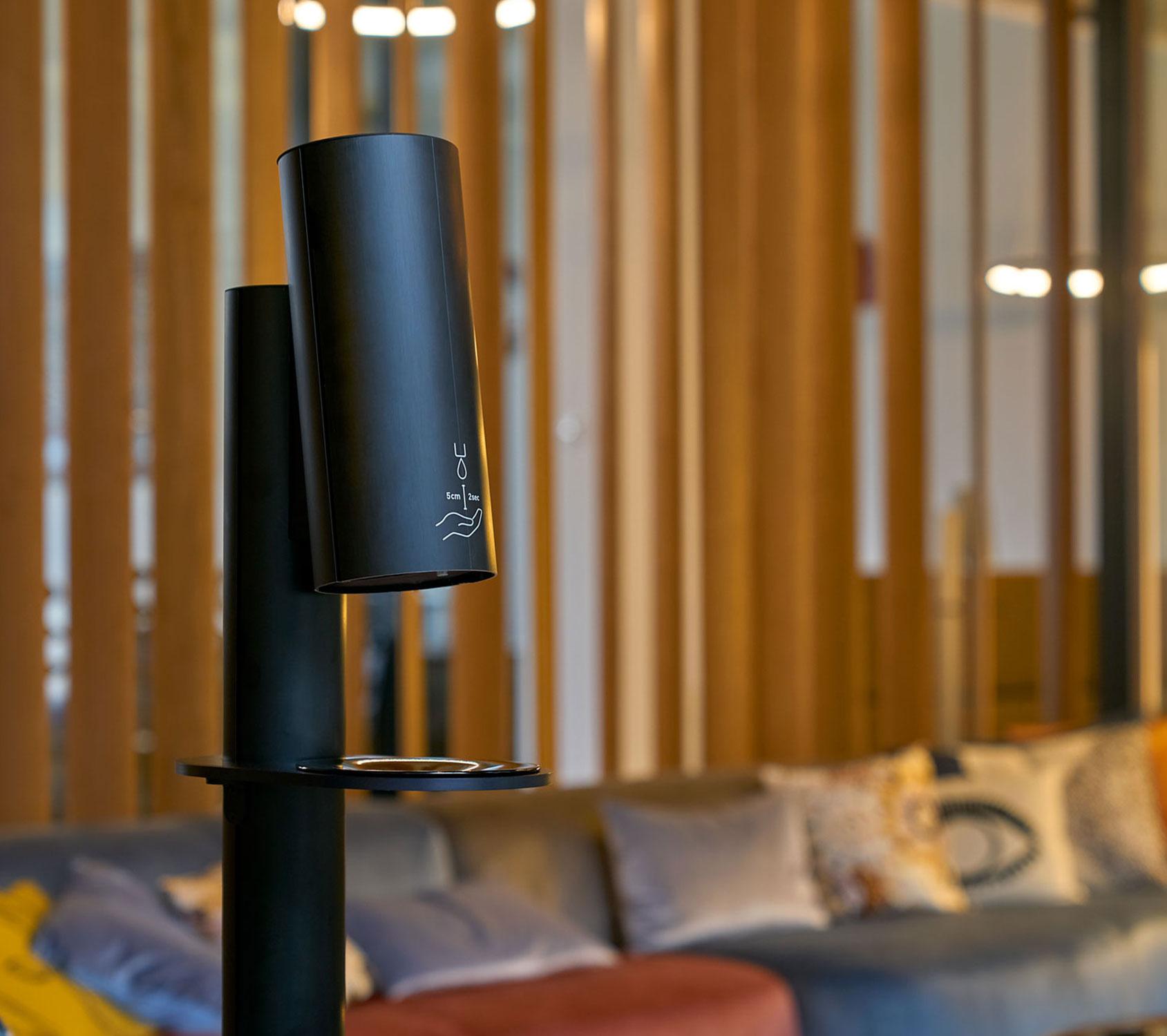 Desinfektionsständer kontaktlos mit Sensor für Shop, Bar, Restaurant und Hotels
